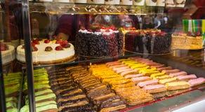 Выбор тортов и печениь в окне хлебопекарни Стоковые Изображения
