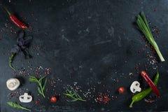 Выбор трав и зеленых цветов специй Ингридиенты для варить Предпосылка еды на черной таблице шифера Стоковая Фотография RF