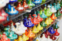 Выбор традиционных tajines на морокканском рынке Стоковое Фото
