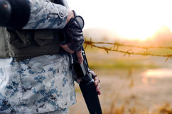 Выбранная армия фокуса с оружием винтовки с запачканным проводом предпосылки Стоковое фото RF
