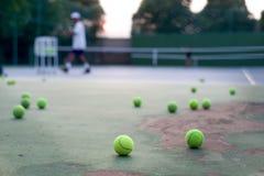 Выбранный инструктор тенниса фокуса уча его студенту Стоковое фото RF