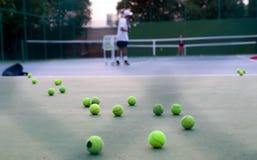 Выбранный инструктор тенниса фокуса уча его студенту Стоковые Изображения