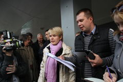 Выбранный для мэра лидера оппозиции Yevgenia Chirikova Khimki и ее головной штат Nikolai Laskin связывают с ou прессы Стоковое фото RF