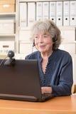 Выбытая женщина усмехаясь в веб-камера Стоковое Изображение RF