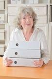 Выбытые папки файлов удерживания женщины Стоковое Изображение RF