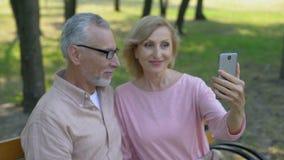 Выбытые пары принимая фото selfie smartphone в парке, памятях каникул сток-видео