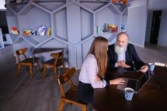 Выбытый старик просит совет о новой технологии на beautifu Стоковые Изображения