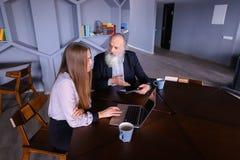 Выбытый старик просит совет о новой технологии на beautifu Стоковые Фото