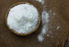 Выварочная соль в шаре соломы круглом Стоковые Фото