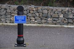 Выведенные из строя чехлы для бейджа только на столбе знака автостоянки приостанавливали залива стоковое фото rf