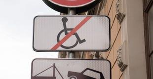 Выведенный из строя паркуя знак, никакая кресло-коляска пересек вне стоковая фотография