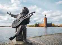 Выверните статую и здание муниципалитет Taube в Стокгольме стоковые фотографии rf