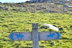 Вывесите всадников лошади знака на пути 2 Стоковая Фотография RF