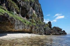 Выветренная скала известняка с пещерой на береге Стоковые Фото