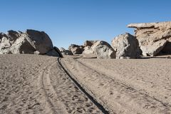Выветренные геологохимические горные породы вокруг rbol de Piedra  Ã, пустыни Siloli, Боливии Стоковые Фото