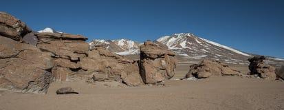 Выветренные геологохимические горные породы вокруг rbol de Piedra  Ã, пустыни Siloli, Боливии Стоковые Изображения RF