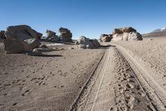 Выветренные геологохимические горные породы вокруг rbol de Piedra  Ã, пустыни Siloli, Боливии Стоковая Фотография