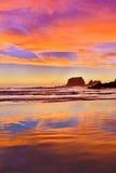 Выветренные скалы на предпосылке захода солнца Westport, Новая Зеландия Стоковые Фотографии RF