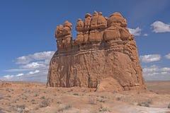 Выветренный монолит в пустыне стоковые фотографии rf