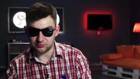 выглядящий Славн бородатый парень с солнечными очками динамически го видеоматериал