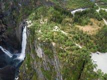 Выгодная позиция на скале над водопадом Voringfossen в Норвегии стоковая фотография rf