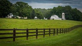 Выгон, загородка и ферма с домом стоковая фотография rf