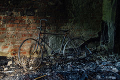 Выгоревшие остатки велосипеда в, который сгорели доме Стоковое Изображение