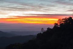 Выгодная позиция восхода солнца утра на горе стоковое изображение rf