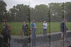 Выгравированные имена мертвых воинов на стене мемориала Вьетнама в d.c. Вашингтона. Стоковое фото RF