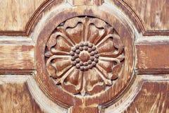 Выгравированный на старой деревянной двери стоковое изображение rf