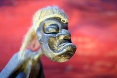 выглядящая Страшный высекаенная деревянная скульптура стоковые фотографии rf