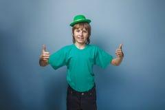 выглядящий Европейск мальчик 10 лет больших пальцев руки вверх в a Стоковое Изображение