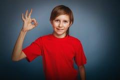 выглядящий Европейск мальчик 10 лет больших пальцев руки вверх Стоковые Изображения RF