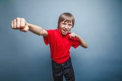выглядящий Европейск мальчик 10 лет показывает кулак Стоковое фото RF