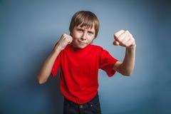 выглядящий Европейск мальчик 10 лет показывает кулак Стоковое Фото