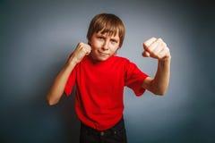 выглядящий Европейск мальчик 10 лет показывает кулак Стоковые Изображения