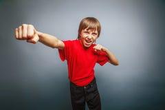 выглядящий Европейск мальчик 10 лет показывает кулак Стоковая Фотография RF