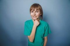 выглядящий Европейск мальчик 10 лет думает рука на Стоковая Фотография RF