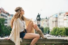 выглядящий Хиппи турист женщины наслаждаясь sightseeing в Праге Стоковое Фото