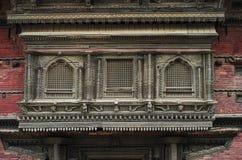 Выдалбливанные балкон и окно Hanuman Dhoka, королевского дворца, квадрата Durbar, Катманду, Непала стоковая фотография rf