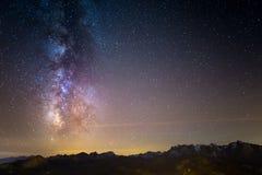 Выдающие красота и ясность млечного пути и звёздного неба захватили от большой возвышенности на итальянских Альпах стоковые фото