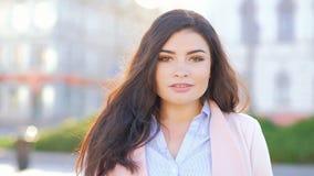 Выдвигаться города женщины идя уверенный целевой сток-видео