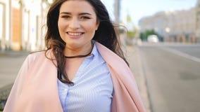 Выдвигаться утехи города счастливой женщины идя усмехаясь сток-видео