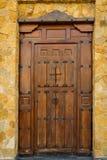 Выдержанная входная дверь планки деревянная жилой виллы особняка дома с ковкой чугуна прикрепляет на петлях защелки Цвет темного  стоковая фотография