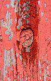 Выдержанная красная краска и сломленные окна общее место на амбаре стоковая фотография