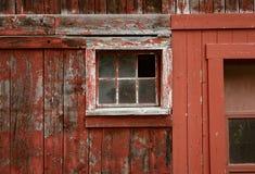 Выдержанная красная краска и сломленные окна общее место на амбаре стоковые изображения rf