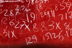 Выдержанная красная краска на которой диаграммы конспекта различные нарисованы детьми абстрактной покрашенная щеткой реальная тек Стоковая Фотография
