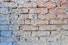 Выдержанная красная текстура кирпичной стены с пятнами белой и голубой краски Абстрактная предпосылка кирпичной стены стоковое изображение