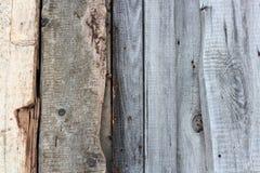 Выдержанная старая деревянная деталь стены Простые серые доски при knotholes и грубое зерно пригвозженные совместно напольно back стоковые изображения