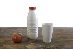 выдержанная таблица молока чашки бутылки яблока старая Стоковое Изображение